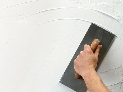 Выравнивание стен под обои строительной смесью или гипсокартоном