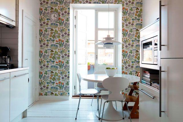 Способы комбинирования обоев на кухне