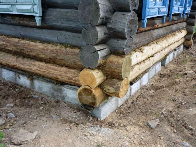 Новый готовый фундамент под деревянным домом