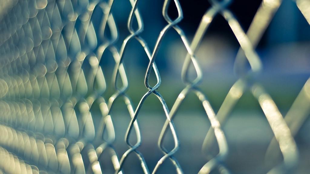 Забор из сетки-рабицы легко установить