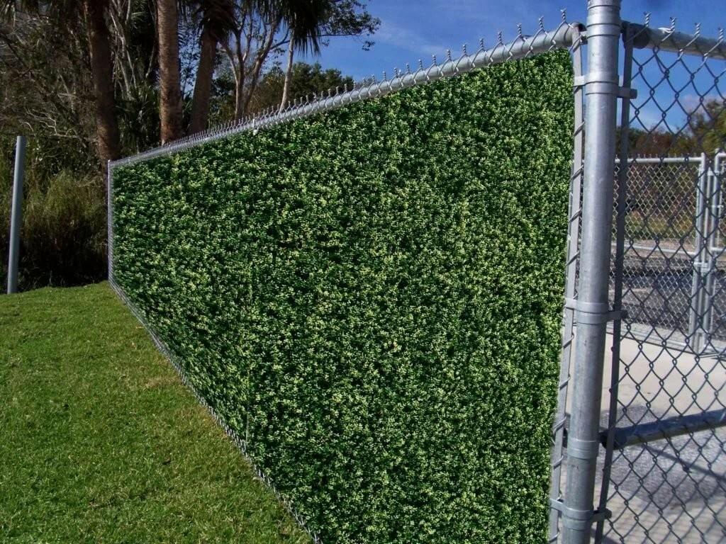 Забор из сетки-рабицы с вьющимися растениями