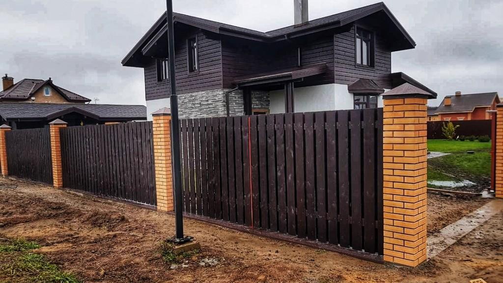 Комбинированный забор с кирпичными столбами