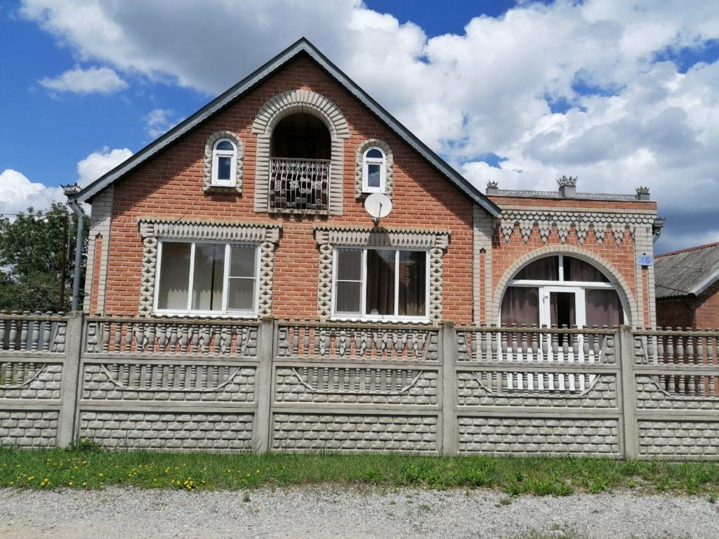 Дом из красного и белого кирпича