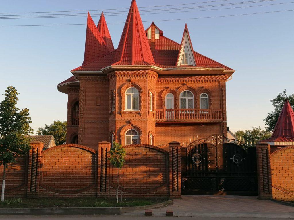 Красивый дом из красного керамического кирпича