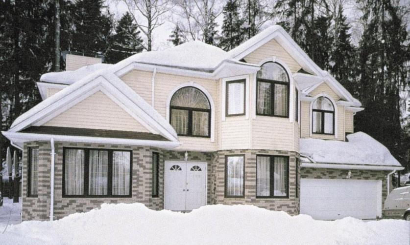 Дом из белого кирпича зимой
